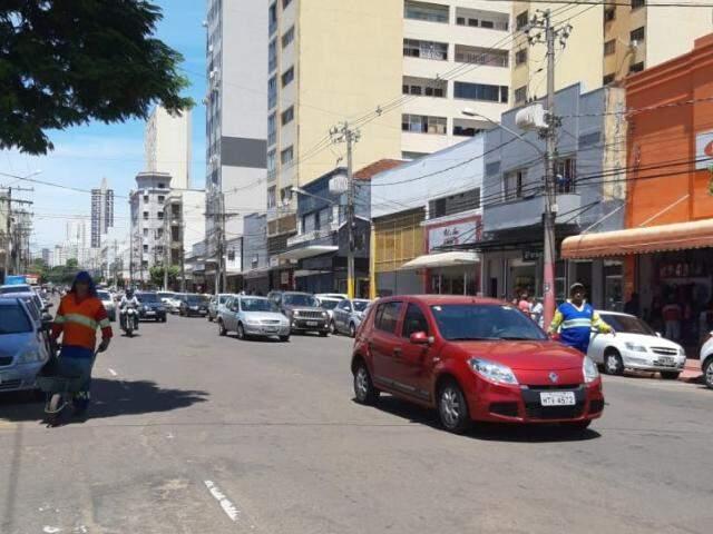 Trânsito movimentado ficou confuso com a sinalização do serviço de tapa buraco. (Foto: Humberto Marques)