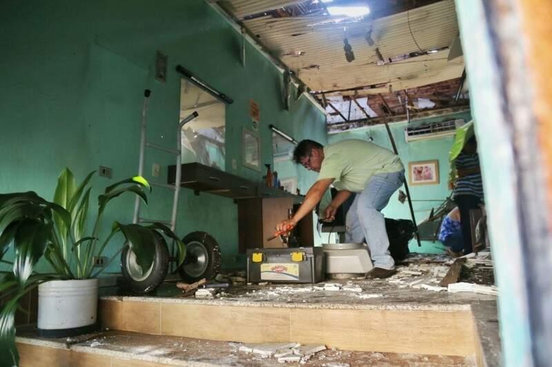 No dia seguinte ao incêndio, Sidney tenta contabilizar os prejuízos para seu negócio (Foto: Fernando Antunes)
