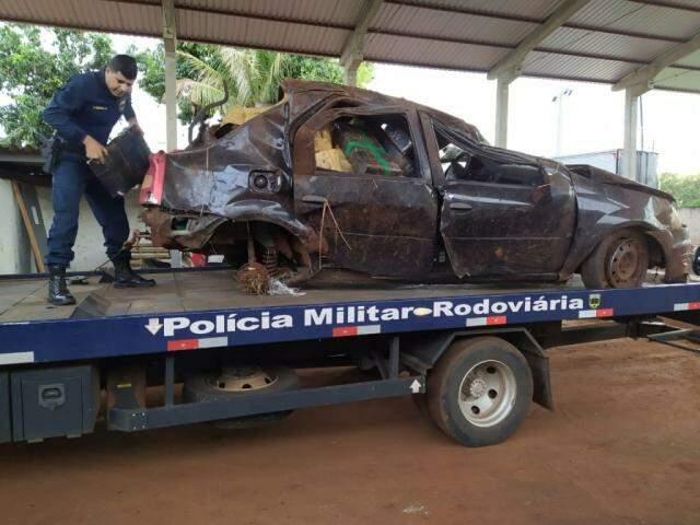 Renault Logan ficou completamente destruído após capotagem (Foto: Divulgação/PMR)