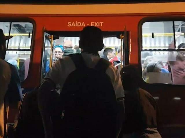 Nos terminais, é difícil entrar no ônibus ou a galera é que não sabe fazer fila?