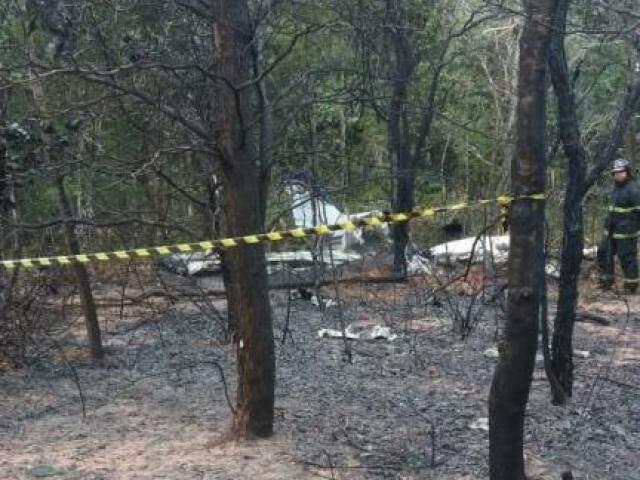 Avião caiu em área de mata próximo ao Aeroporto Santa Maria. (Foto: Direto das Ruas)