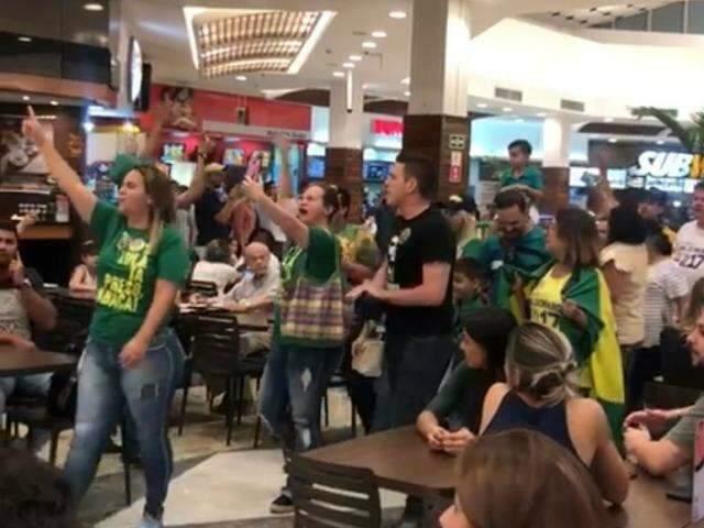 De verde e amarelo, apoiadores de Bolsonaro fazem ato em shopping