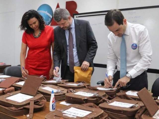 Representantes de chapas acompanharam o lacre das urnas. (Foto: Divulgação)