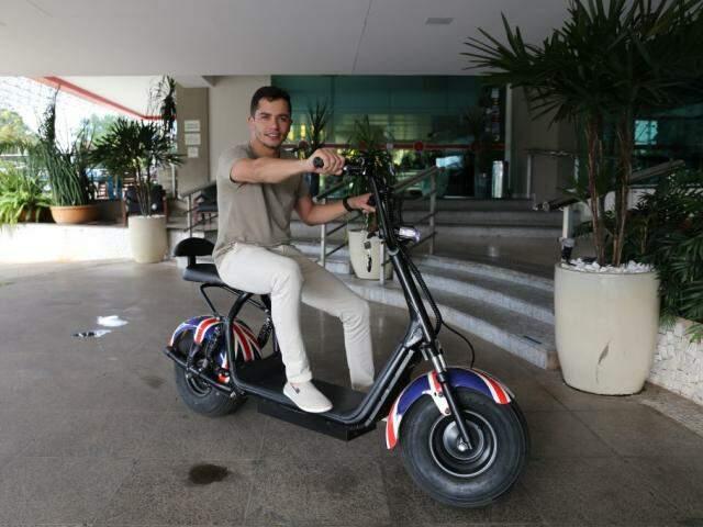 Rogério usa o patinete elétrico para ter praticidade (Foto: Paulo Francis)