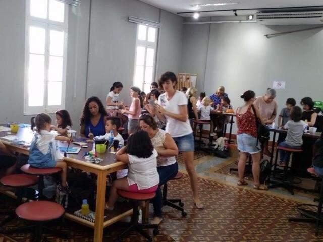 Crianças e pais durante oficinal infantil. (Foto: Sesc)