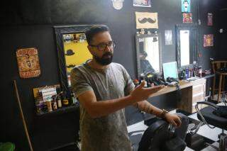 Abmael desistiu da profissão anterior para ser barbeiro. (Foto: Paulo Francis)