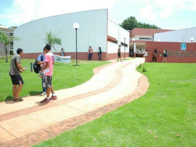 Alunos na saída de local de provas do vestibular da UFMS (Foto: Paulo Francis)