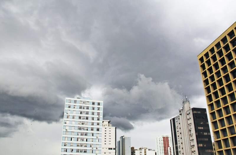 Dia amanheceu nublado e pode voltar a chover na Capital. (Foto: Marcos Ermínio)