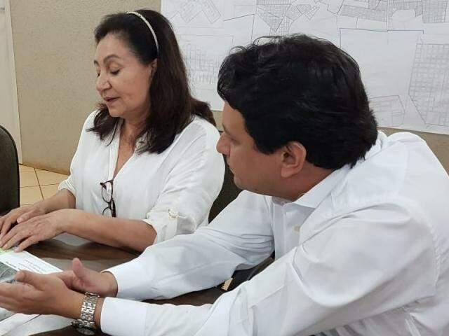Prefeita Délia Razuk com o secretário de Fazenda Carlos Dobes, no gabinete (Foto: Divulgação)