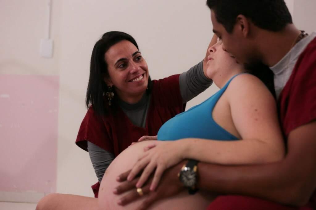 Fabrina e o casal de doulandos, nome que ela se refere aos casais que escolhem o parto humanizado. (Foto: Marina Camilo)