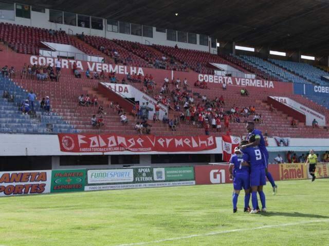Jogadores do Costa Rica comemoram gol sobre o Comercial. Partida levou 92 pagantes ao Morenão (Foto: Kísie Ainoã)