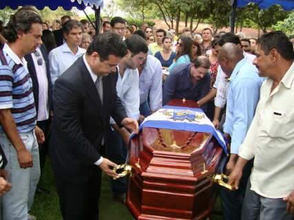 Sob salva de palmas, corpo de Nelson Trad é sepultado em Campo Grande