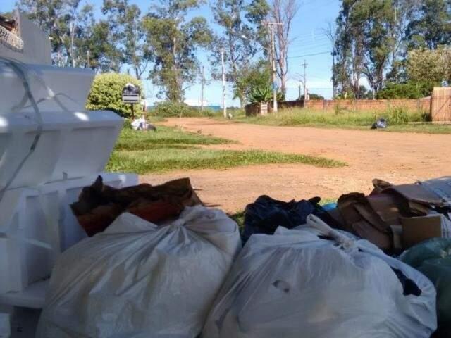 Lixo acumulado no bairro Nova Campo Grande (Foto: Matheus Sanabria/Direto das Ruas)