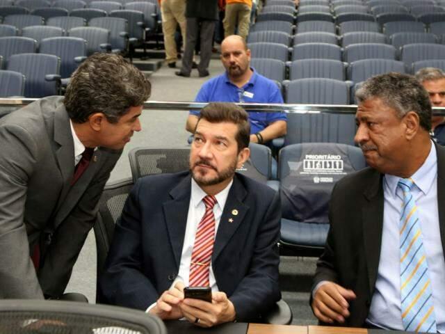 Deputados Rinaldo Modesto (PSDB), Pedro Kemp (PT) e João Grandão (PT) durante sessão (Foto: Victor Chileno/ALMS)