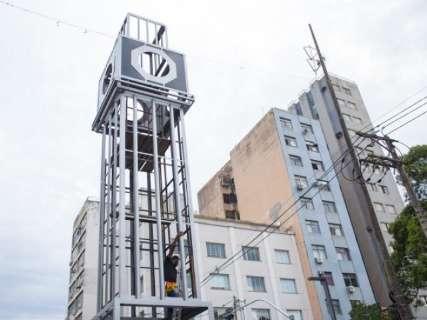 Prefeitura atende pedidos e instala relógio em monumento na 14 de Julho