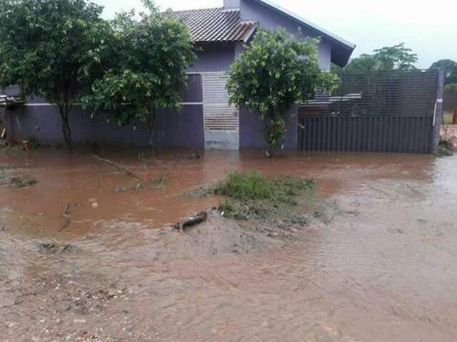 Em Bonito, água invadiu casas e causou estragos. (Foto: Bonito Informa)