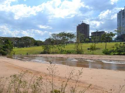 Desassoreamento de lago no Parque das Nações segue a passos lentos