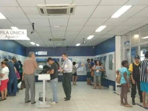 Várias pessoas procuram as agências para sanar dúvidas sobre o saque. (Foto: Elci Hosback)
