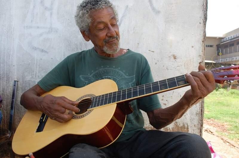 A única frustração do senhor Ramão é não saber cantar bem.(Foto: Pedro Peralta)