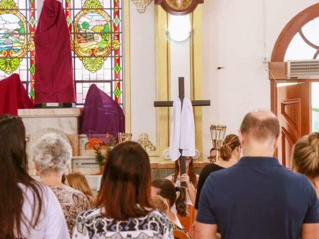 Fieis rezando na Via Sacra da paróquia São José (Foto: Herique Kawaminami)