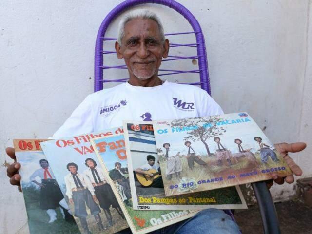 Tio Biga guarda com orgulho suas gravações como baterista de grupo gaúcho. (Foto: Paulo Francis)
