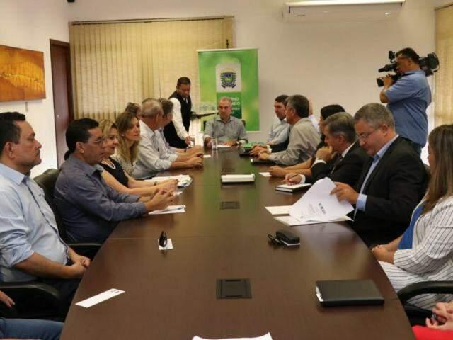 Primeira reunião de Reinaldo com o novo secretariado ocorreu nesta quarta-feira; redução de custos pautou discussões. (Foto: Henrique Kawaminami)