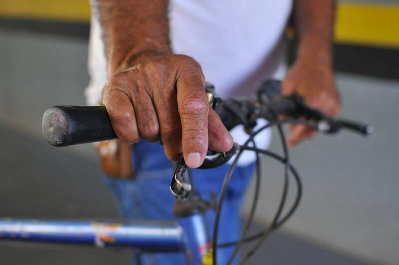 Nas mãos, marcas do tempo de trabalho. (Foto: Alcides Neto)