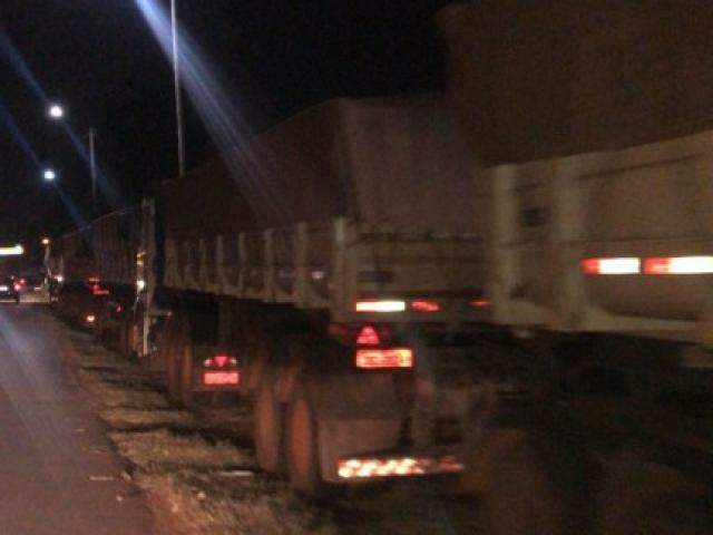Caminhões fazem fila as margens da rodovia BR-267 em protesto (Foto: Silvana Echeverria)