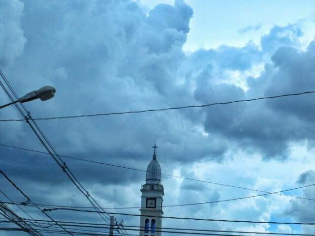 Céu coberto por nuvens em Campo Grande na tarde desta sexta-feira (10) (Foto: André Bittar)