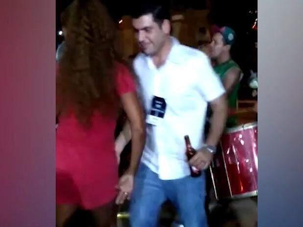 O deputado estadual Jamilson Name, se misturou a integrantes de escola de samba após desfile