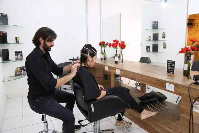 Salão conta com uma equipe de profissionais comandada pelo cabeleireiro e sócio-proprietário, Rafael de Oliveira. (Foto: Fernando Antunes)
