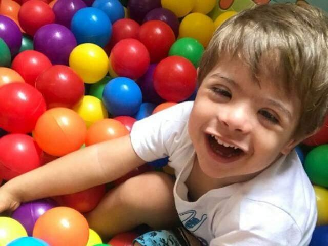 Arthur é uma criança que ama brincar, dançar, curtir a piscina de bolinhas.