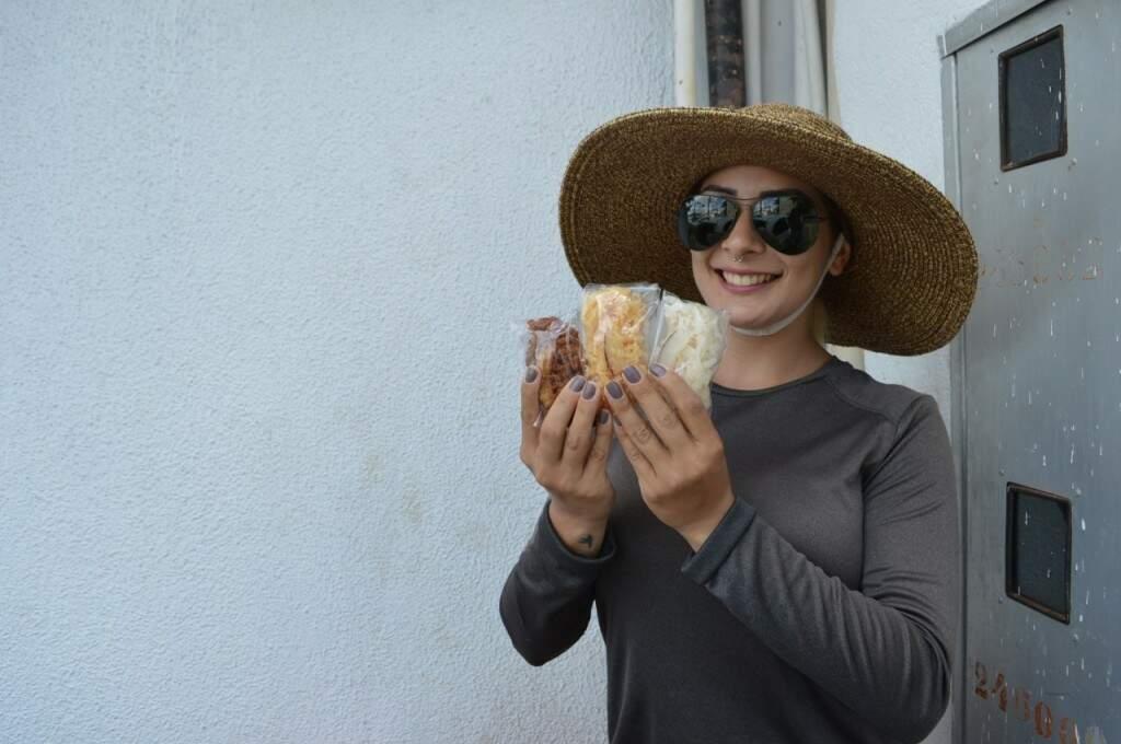 Carismática e sorridente, Aline mostra os três tipos de cocada que vende (Foto: Alana Portela)