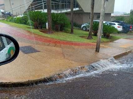 Pancada de chuva derruba temperatura e cria pontos de alagamentos