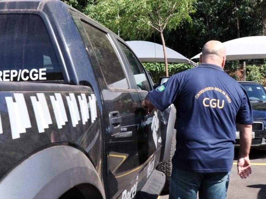 Viatura da CGU (Controladoria-Geral da União), que junto com a PF e a Receita Federal, identificou remessas de dinheiro enviadas ao Paraguai (Foto: Henrique Kawaminami)