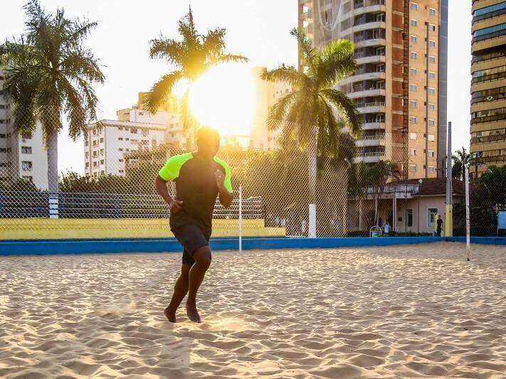 De corrida, a partida de vôlei, areia é opção forte para quem quer perder peso e ganhar condicionamento. (Foto: Fernando Antunes)