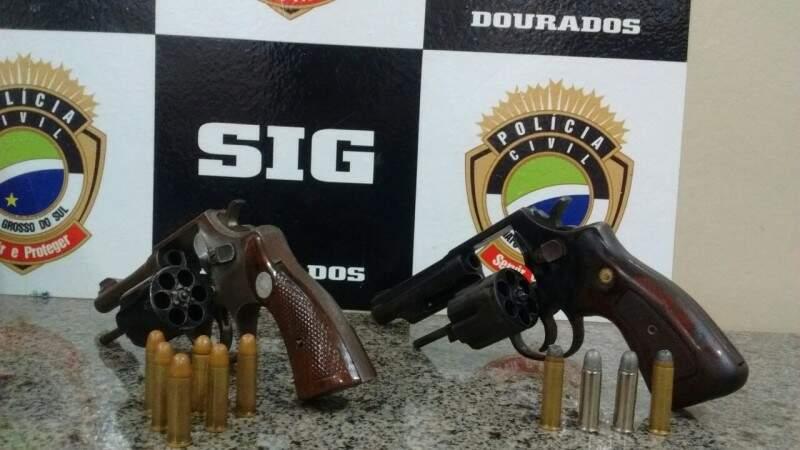 Armas usadas no assalto a uma refrigeração, ontem em Dourados (Foto: Sidney Bronka/94 FM)