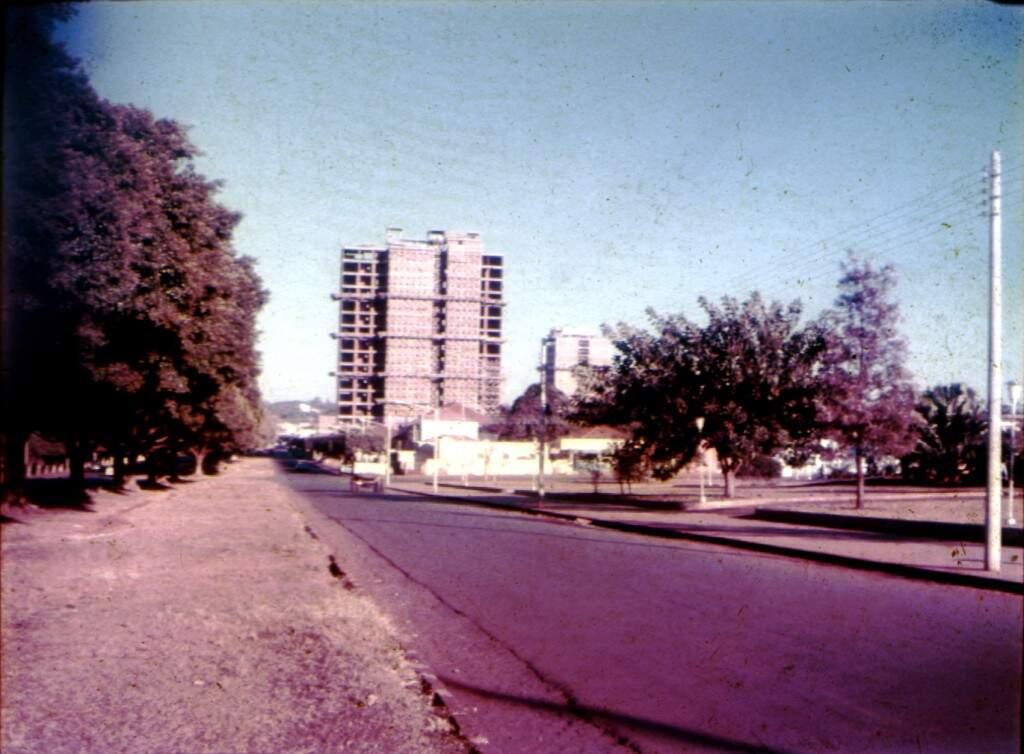 Edfício Inah, ainda em construção, entre os anos de 1966 e 1970, na Avenida Afonso Pena. (Foto: Arquivo Pessoal/Família Metello)