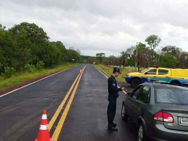PM verifica documento de carro abordado em rodovia estadual; Operação Nossa Senhora Aparecida começou hoje (Foto: Divulgação)