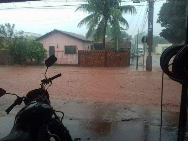 Rua inundada no Rouxinóis. (Foto: Alisson Luis)