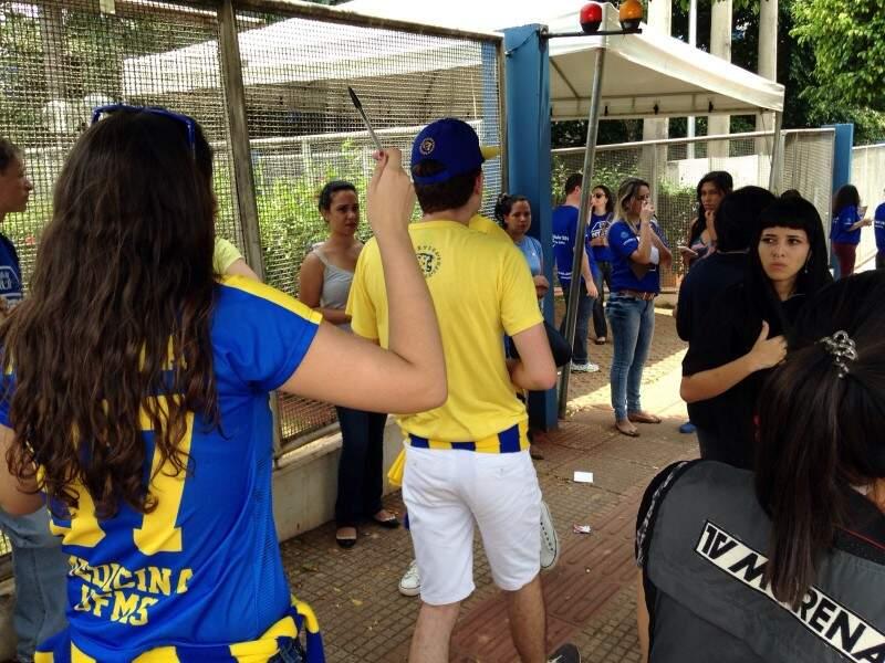 """Correria dos alunos, pra vender as últimas unidades das canetas """"abençoadas"""". (Foto: Adriano Fernandes)"""