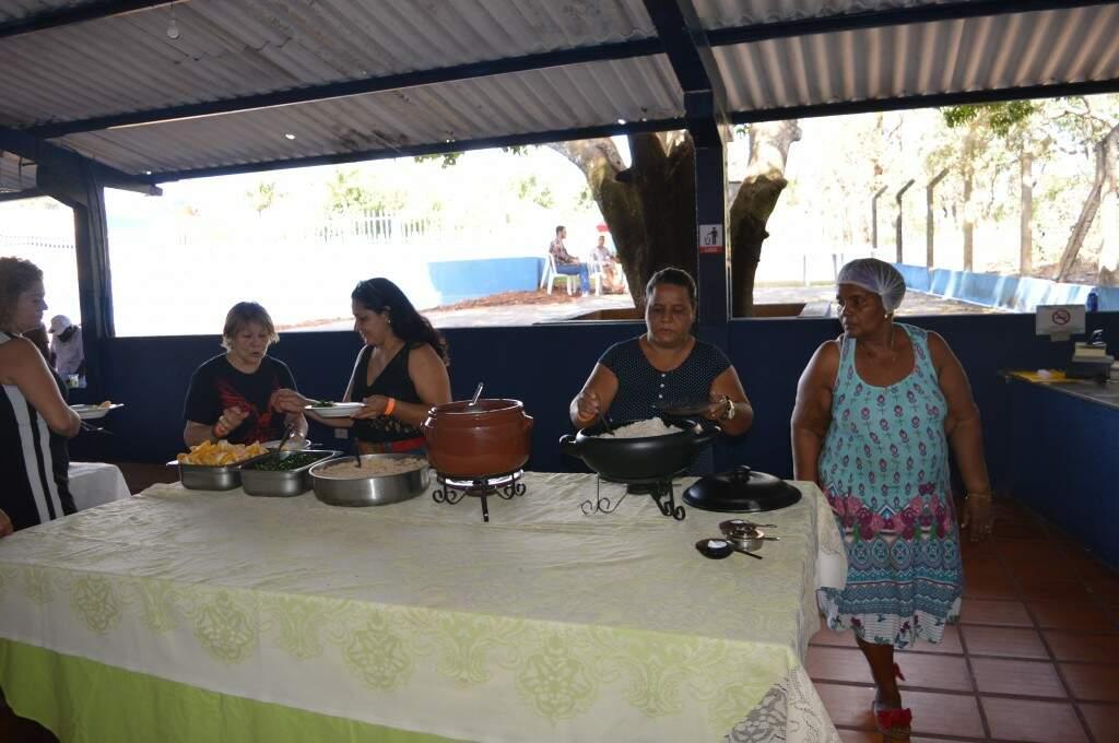 """Na mesa do buffet os olhos da """"tia Cláudia"""" estiveram o tempo todo atentos. (Foto: Willian Leite)"""