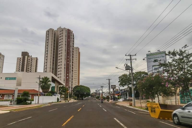 Dia amanheceu nublado em Campo Grande. Há previsão de chuvas, com máxima de 26ºC.(Foto: Fernando Antunes)