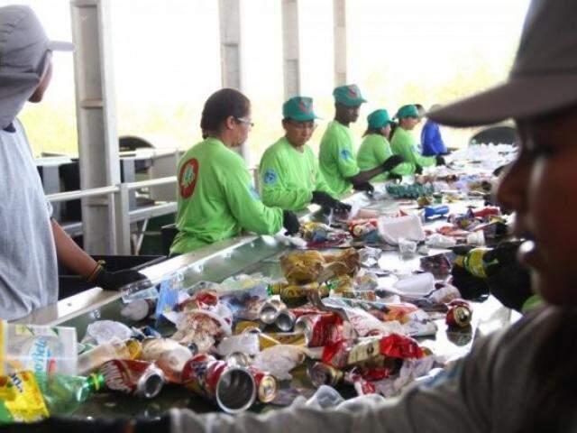 Somente 507,1 toneladas de recicláveis chegam separadas em UTR (Unidade de Tratamento de Resíduos Sólidos) da Capital (Foto: Marcos Ermínio/Arquivo)