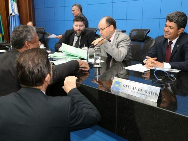 Deputados Junior Mochi (MDB) e Rinaldo Modesto (PSDB) sentados na mesa diretora. Embaixo João Grandão (PT) e Pedro Kemp (PT), durante sessão (Foto: Victor Chileno/ALMS)