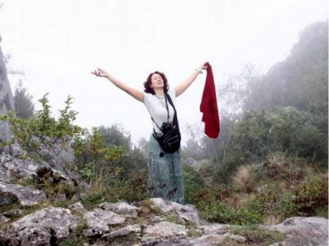 Sandra, após escalada de saia e sem acessórios de normalmente usados para facilitar a trilha. (Foto: Arquivo Pessoal)