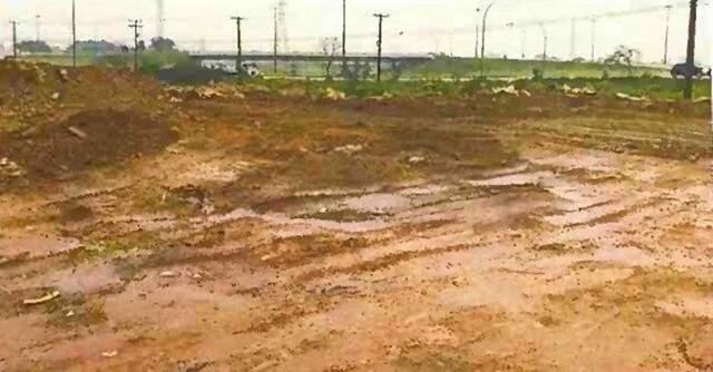 Situação da área, com entulhos de obra depositados no local. Nota-se que, nesse ponto, a água infiltra normalmente no solo. (Foto: Reprodução)