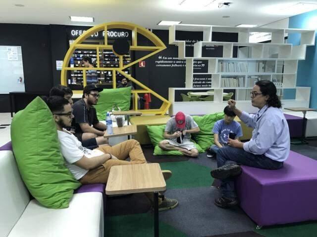 Participantes trocando ideias na concentração do evento. (Foto: Tatiana Marin)