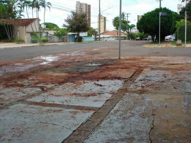 Caminhão pipa apareceu no local 50 minutos depois de reclamação para lavar calçada (Foto: Repórter News)