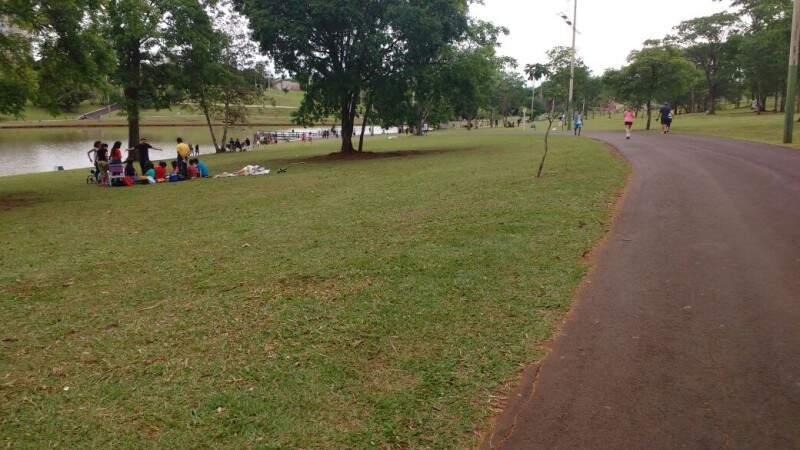 No Parque das Nações, famílias e amigos fizeram piquenique e praticaram esportes. (Foto: Amanda Bogo)
